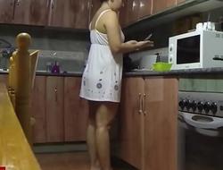 sexo entre los fogones de la cocina con la morena tetoncita GUI045