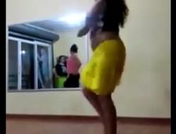 Morrita grabada bailando muy puta