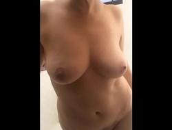 lindas tetas de mi esposa sorprendida en ducha
